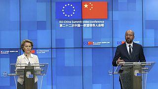 شارل میشل، رئیس شورای اروپا و اورزولا فن در لاین، رئیس کمیسیون اروپا در نشستی مطبوعاتی پس از یکی از کنفرانسهای مشترک با چین