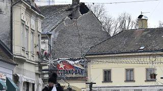 أحد السطوح في سيساك الكرواتية التي لحقها الضرر بعد زلزال الإثنين