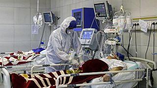 أطباء إيرانيون يفحصون مصابين بكوفيد-19 في إحدى مشافي العاصمة طهران