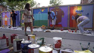 """متطوعون في نيويورك يرسمون على جدار في حي بروكلين دعما لحركة طحياة السود مهمة"""". 2020/06/15"""