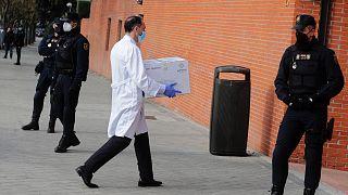 Megérkezik a vakcina egy madridi idősotthonba