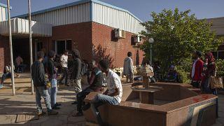 نشطاء سودانيون ينتظرون دورهم للتقاضي في مركز لجنة التحقيق الخاصة بشهداء الثورة في الخرطوم. 2020/01/11