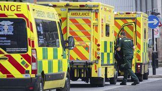 Ασθνενοφόρα στη Λονδίνο δυσκολεύονται να βρουν ελεύθερες κλίνες για να μεταφέρουν ασθενείς με Covid-19.