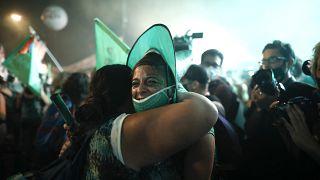 Attiviste pro-aborto commosse a Buenos Aires dopo l'approvazione della nuova legge in Senato