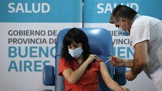 """В Аргентине началась массовая вакцинация от коронавируса препаратом """"Спутник V"""""""