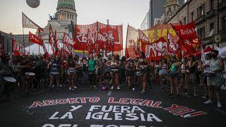 ناشطون مؤيدون للإجهاض يتظاهرون أمام مقر البرلمان الأرجنتيني