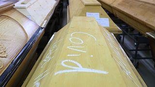 """Mention """"Covid"""" inscrite sur le cercueil d'une personne décédée du nouveau coronavirus dans le crématorium de Dresde, le 29 décembre 2020"""