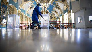 Уборщик на Казанском вокзале в Москве