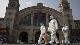 Dolgozók védőöltőzékben a Hankou pályaudvaron 2020 április 7-én