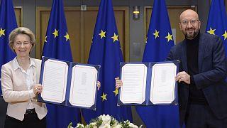Ursula von der Leyen et Charles Michel, après avoir signé au nom de l'UE l'accord de libre-échange post-Brexit