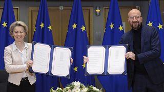 La presidenta de la Comisión Europea, Ursula von der Leyen, izquierda, y el presidente del Consejo Europeo, Charles Michel, firman el acuerdo de Brexit.