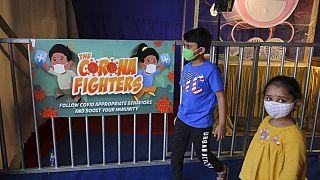Παιδιά φορούν μάσκες προστασίας από τον κορονοϊό