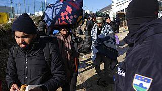 Elszállítják a menekülteket a Lipa táborból