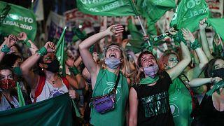 Des militantes pro-avortement laissent éclater leur joie après le vote du Sénat argentin légalisant l'IVG, le 30 décembre 2020 à Buenos Aires