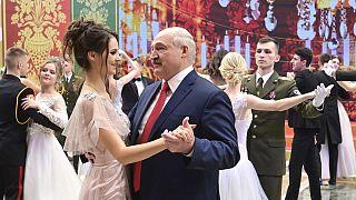 Ohne Maske: Lukaschenko (66) tanzt mit junger Frau