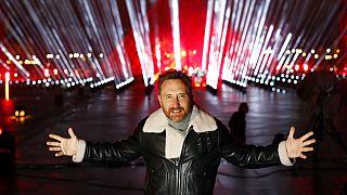 DJ David Guetta vor dem Louvre in Paris