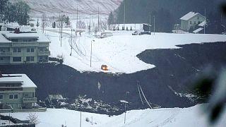 Ein Auto hält nach einem Erdrutsch in einem Wohngebiet in Ask, in der Nähe von Oslo, am Rande des Abgrunds an, 30.12.2020