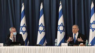 İsrail Savunma Bakanı Benny Gantz, İsrail Başbakanı Binyamin Netanyahu (sağ)