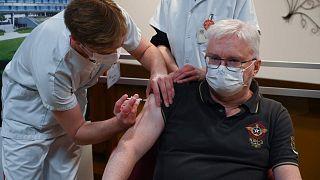 يتلقى أستاذ الطب بيير جوني جرعة من لقاح فايز-بايونتيك  في ديجون، وسط فرنسا، الأحد 27 ديسمبر  2020