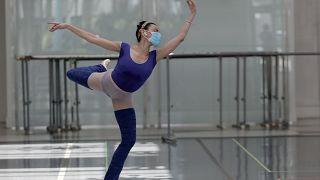 راقصة بالي وهي تتدرب بإحدى المحلات في شارع لينكولن في ميامي