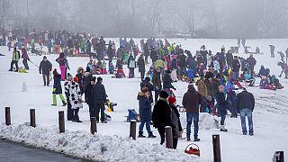 Apesar da polícia alemã ter cortado as estradas de acesso, milhares juntaram-se na montanha