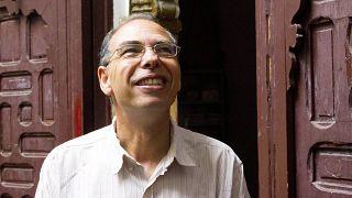 المؤرخ والصحفي المغربي معطي مُنجب خارج مقر مجموعة حقوق الإنسان في الرباط، المغرب.