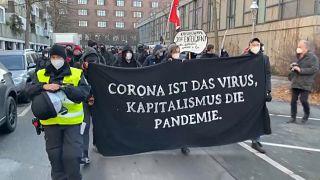 Linke Proteste gegen Querdenken und Kapitalismus