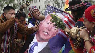 Chamanes sostienen una foto de Joe Biden en un ritual de fin de año en Lima,  Perú. 29/12/2020