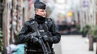 Ein französischer Gendarm steht Wache in einer Straßein Straßburg, 12.Dezember 2018