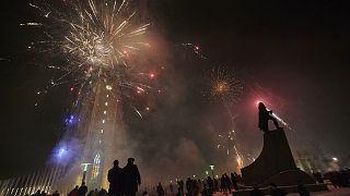 Le ciel de Reykjavik illuminé par un feu d'artifice le 1 janvier 2021