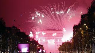 En esta foto de archivo del 1 de enero de 2017, los fuegos artificiales iluminan el Arco del Triunfo durante la celebración de Año Nuevo en los Campos Elíseos, en París.