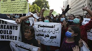 أعضاء المجلس الهندوسي الباكستاني ينظمون احتجاجاً على الهجوم على معبد هندوسي في بلدة الكرك الشمالية الغربية