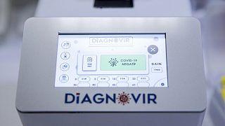 Scienziati turchi hanno sviluppato un meccanismo diagnostico per rintracciare il Sars-CoV-2 in 10 secondi e senza bisogno di tampone nasale