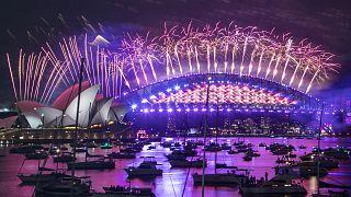 Le ciel de Sydney illuminé par un feu d'artifice pour célébrer le passage en 2021, le 1er janvier de cette nouvelle année