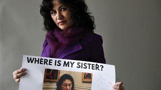 روشان عباس، تحمل صورة شقيقتها، الطبيبة جولشان عباس، في واشنطن الولايات المتحدة.