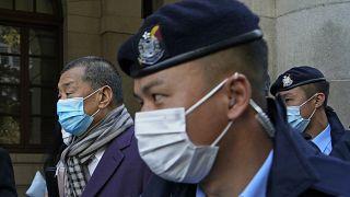 Jimmy Lai scortato alla Corte Suprema d'Appello di Hong Kong.