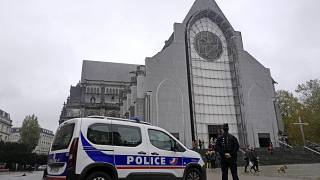 آلية تابعة للشرطة الفرنسية أمام كنيسة في ليل