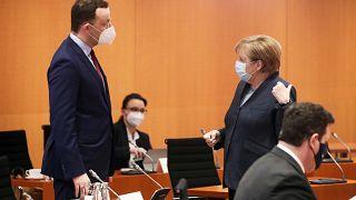 Spahn und Merkel nach einer Kabinettssitzung im Dezember