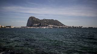 ARCHIVO - En esta foto de archivo de este jueves, 17 de octubre de 2019, una vista eerial de la roca de Gibraltar vista desde la vecina ciudad española de La Línea.