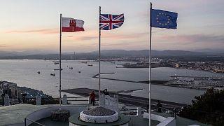 Archives : les drapeaux de Gibraltar, du Royaume-Uni et de l'Union européenne flottant au vent dans le territoire britannique , le 17 octobre 2019