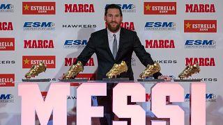 ليونيل ميسي لاعب نادي برشلونة الأرجنتيني يقف أمام وسائل الإعلام بعد حصوله على جائزة الحذاء الذهبي الخامسة، في برشلونة، إسبانيا، الثلاثاء 18 ديسمبر 2018