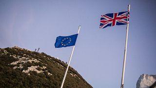 Cebelitarık'ta İngiliz ve AB bayrakları