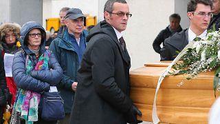 عائلة جوليو ريجيني تحمل نعشه أثناء مراسم الجنازة في فيوميتشلو، شمال إيطاليا