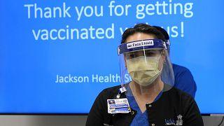 ABD'nin Miami kentinde bir hastanede hastalarına Covid-19 aşısı yapan hemşire