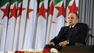الرئيس الجزائري السابق عبد العزيز بوتفليقة يجلس على كرسي متحرك بعد أداء اليمين كرئيس في الجزائر العاصمة، 28 أبريل 2014
