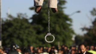 أقدام مهدي فراجي المقيّدة بعد الإعدام، طهران إيران.