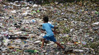 Műanyagot gyűjtenek Manilában