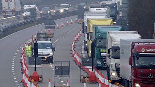 ازدحام للشاحنات على الطريق السريع في مدينة كينت البريطانية، المملكة المتحدة.