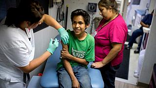 Aşı olan bir çocuk