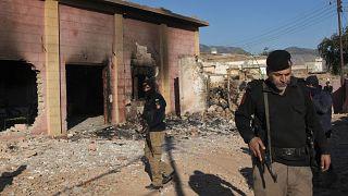 Pakistan'ın Karak kentinde radikal gruplarca ateşe verilen Hindu tapınağı